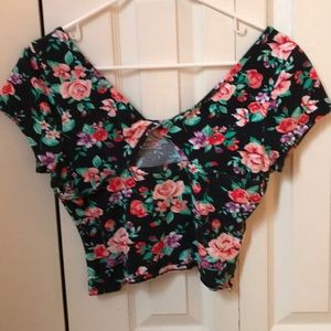 Ultra Flirt Tops - Cute floral cropped top🌷